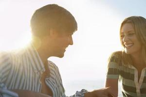 pareja divirtiéndose en la playa foto