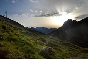 rayos de sol sobre los Alpes