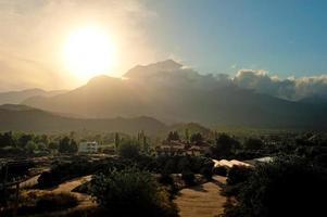 pôr do sol sobre a montanha tahtali na Turquia