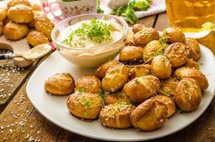 rollos de pretzel con salsa de queso foto