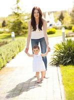 madre sonriente caminando con bebé foto