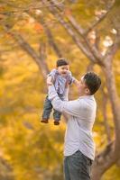 padre asiático e hijo se divierten al aire libre
