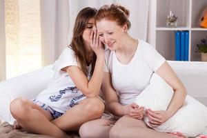 adolescentes chismeando sobre niños foto