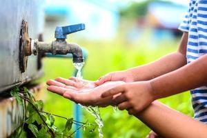 Niño lavándose las manos con la madre, punto de enfoque selectivo.