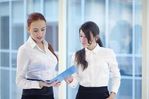 vrouwelijke ondernemers in kantoor