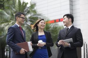 Aziatische collega's praten