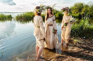 hermosas mujeres con corona de flores foto