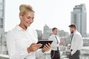 aantrekkelijke zakenvrouw met behulp van tablet buiten