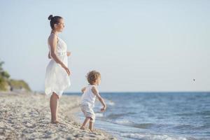 Spielen mit Skimming Steinen am Strand