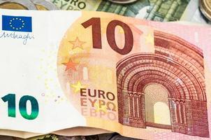 dinheiro dez euro notas de dólar moedas