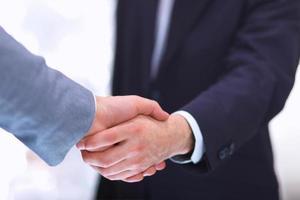 empresarios estrecharme la mano, aislados en blanco. foto