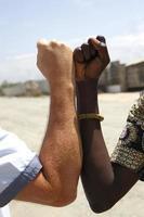 aperto de mão entre um caucasiano e um africano