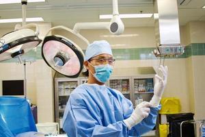 Arzt bekleidet und mit Handschuhen