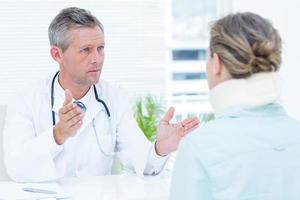 médico conversando com seu paciente