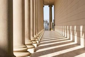 fila de columnas con sombras