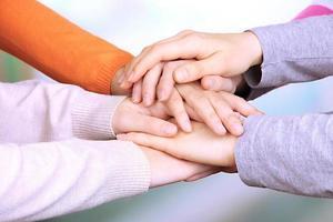 menschliche Hände auf hellem Hintergrund