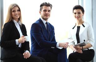 feliz equipo de negocios sonriente en la oficina foto