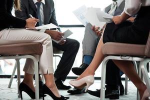 colegas de negocios que tienen una reunión de equipo