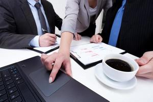 à l'aide d'un ordinateur portable sur une réunion d'affaires