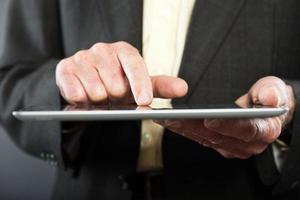 La mano del hombre mayor con tableta. fotografía de cerca. foto