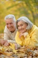 pareja senior en el parque otoño foto