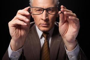 guardando attraverso gli occhiali.