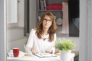 Hermoso retrato de mujer de negocios maduros. foto