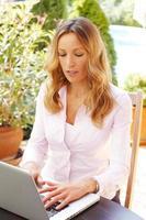 femme d'affaires mature avec ordinateur portable