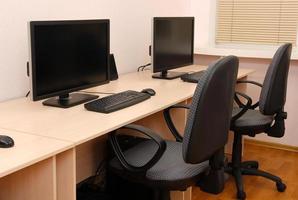 computadoras en mesas en la sala