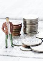 monedas en papel de noticias foto