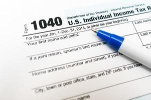 Formulario de declaración de impuestos individual 1040 primer plano con pluma aislada foto