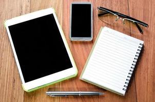 tableta vacía y teléfono inteligente foto