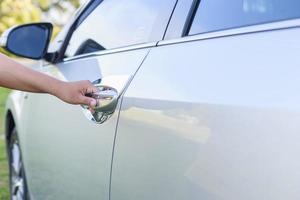 mano de mujer abriendo la puerta del coche foto