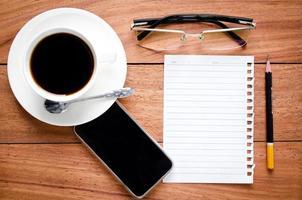 cuaderno vacío y una taza de café foto