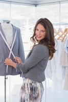 atractivo diseñador de moda midiendo solapa blazer