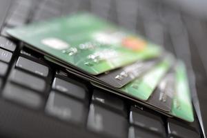 tarjetas de crédito en el teclado de la computadora