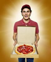 lächelnder Lieferung männlicher Kurierfirmenarbeiter, der eine Pizza liefert