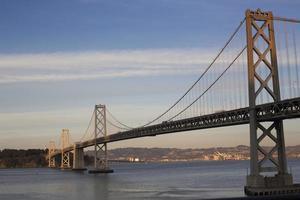 puente de la bahía al atardecer foto