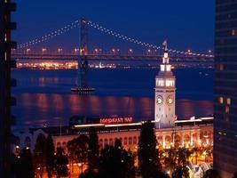 las escenas nocturnas de ferry building & bay bridge foto