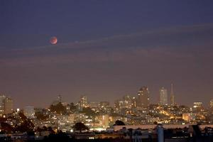 súper cosecha luna de sangre sobre el horizonte de san francisco foto