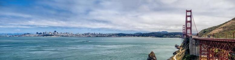 Horizonte de San Francisco con puente Golden Gate foto