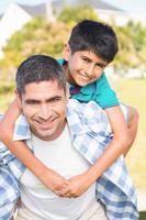 pai e filho no campo