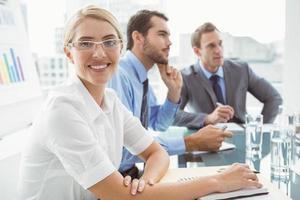 jovens empresários em reunião de sala de diretoria