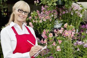jardinero senior en el centro de jardinería foto