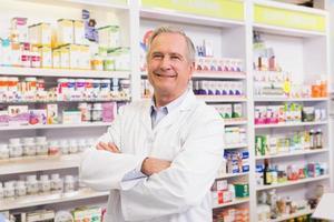 farmacéutico senior con los brazos cruzados