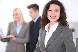 donna d'affari bruna sullo sfondo di uomini d'affari