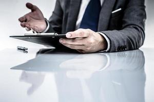 bedrijfsrapport en man hand. boekhouding