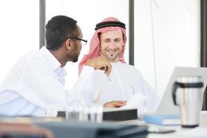 persone del Medio Oriente che hanno una riunione d'affari in ufficio