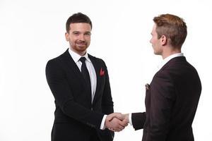 deux hommes d'affaires se serrent la main