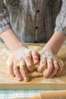 manos adolescente prepara la masa